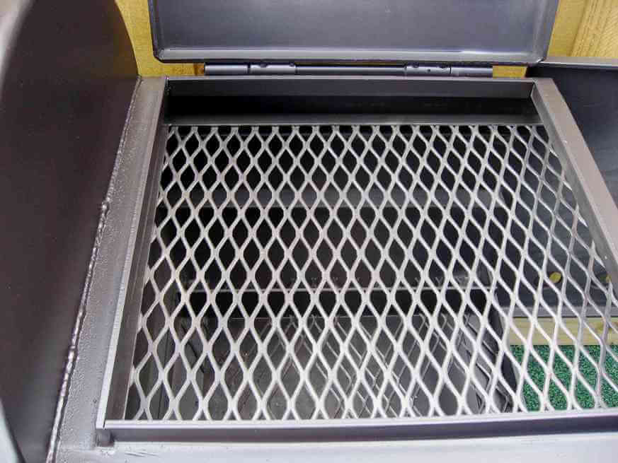 direct grill grate in firebox of model 2040CC